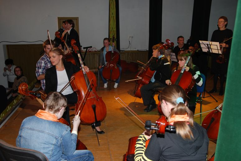 rows of happy cello learners