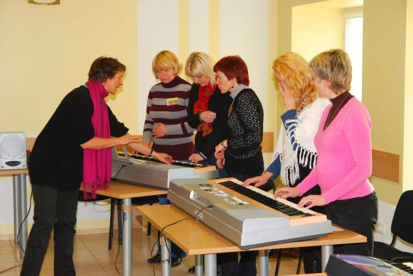 keyboard group-lesson engaged teacher
